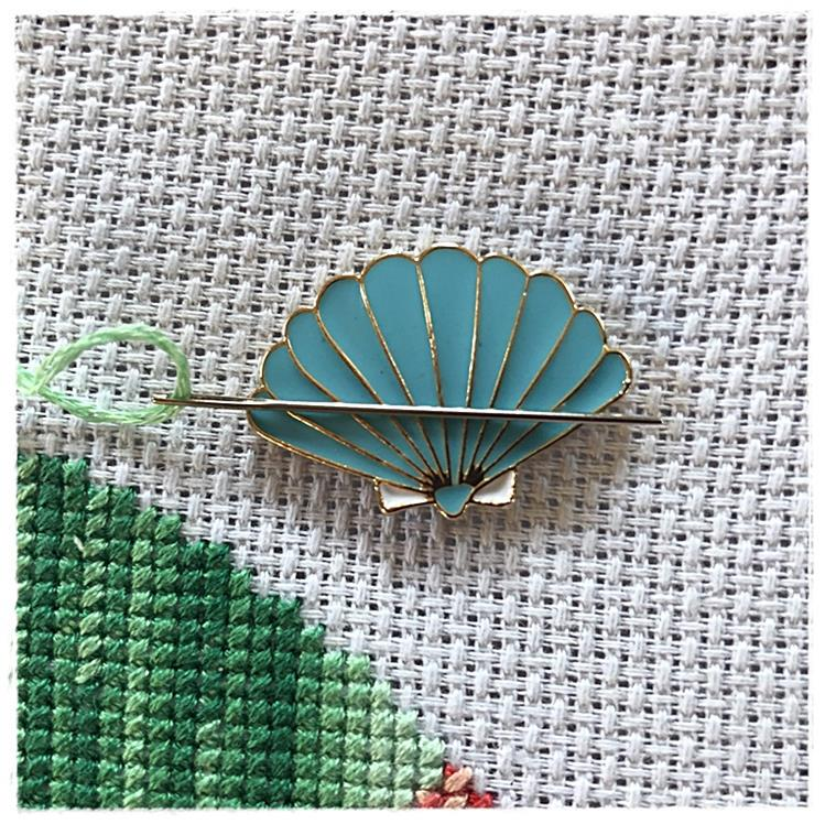 Magnetic Needle Minder Clamshell